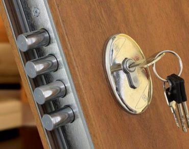 Durų aksesuarai, spynos, rankenos, staktos