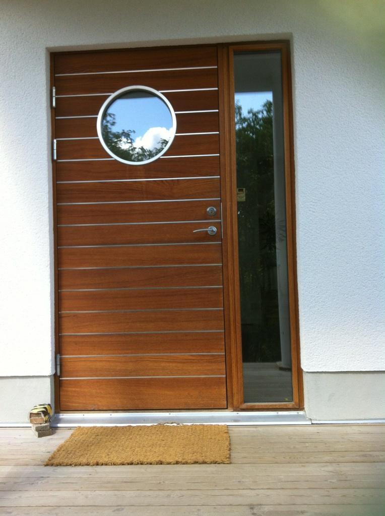 Medinės lauko durys su illiuminatorium
